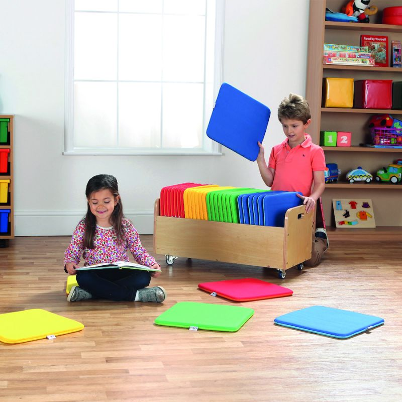 Įvairiaspalvės kvadratinės pagalvėlės su vežimėliu